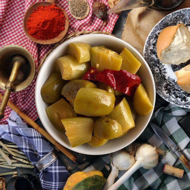 Corazones de berenjenas de Almagro servidas en la mesa