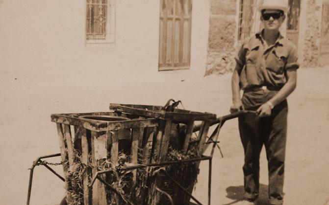 Don Agustín Romero vendiendo antiguamente Berenjenas de Almagro